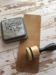 usare l'ink blending tool per sfumare i bordi con il distress